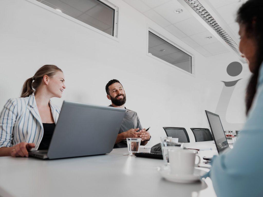 Mitarbeiter und Mitarbeiterin bei einer Besprechung
