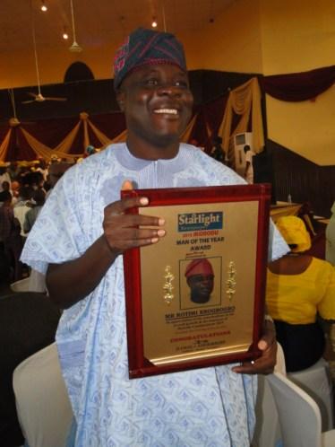 2015 Ikorodu Man of the Year, Mr Rotimi Erogbogbo with his award on Sunday