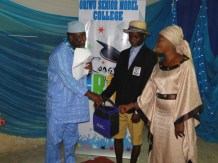 Adegboye Adejuwon, the overall student (SSS I) with his mother receivinf his prize