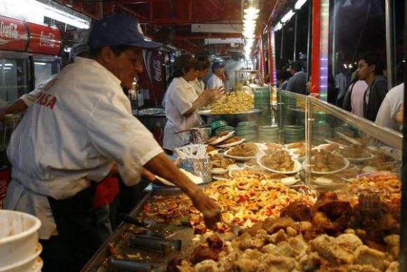 """Los """"chinamos"""" o casetas de comida y bebida durante los festejos de fin de año en Costa Rica, en donde se pueden saborear delicias como el chicharrón y los tamales."""