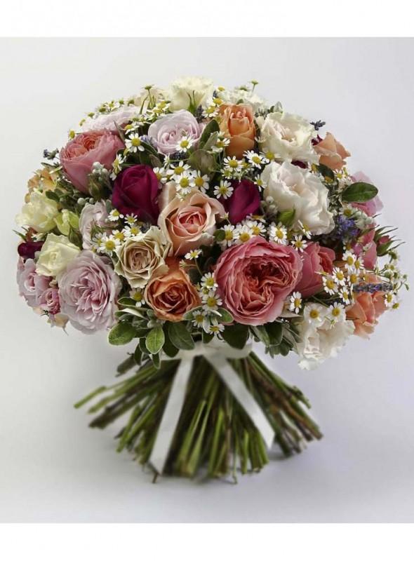 Bouquet misto di rose e verde decorativo