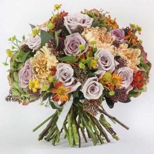 Bouquet misto allegro con rose, dalie, margherite e verde decorativo.