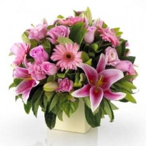 composizione fiori misti sulle tonalità del rosa con vaso
