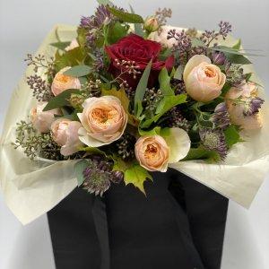Elegantissima Borsa con rose ed eucalipto