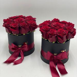 scatola con 11 rose rosse
