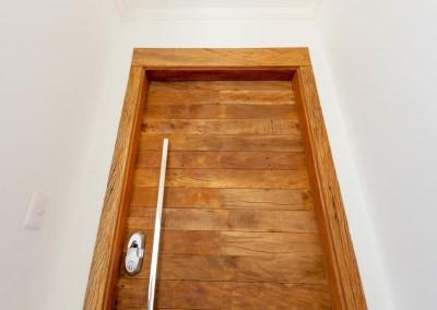 Nossa porta acústica com madeira de demolição