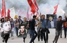 Vappu 2015 Ankarassa. Mielenosoittajat ovat tuoneet kuvia turkkilaisen fasismin murhaamista vallankumouksellisista marttyyreistaan.