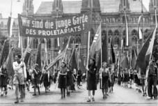 """""""Olemme proletariaatin nuori kaarti!"""" Vappu Itävallassa toisen maailmansodan jälkeen, vuosi tuntematon."""
