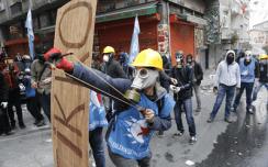 Vapunviettäjiä puolustautumassa kyttäväkivallalta Istanbulissa 2015.