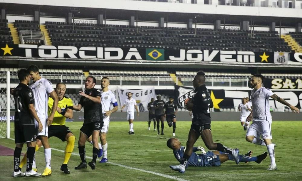 Varios expulsados en los incidentes ocurridos en el Santos y LDU por Libertadores