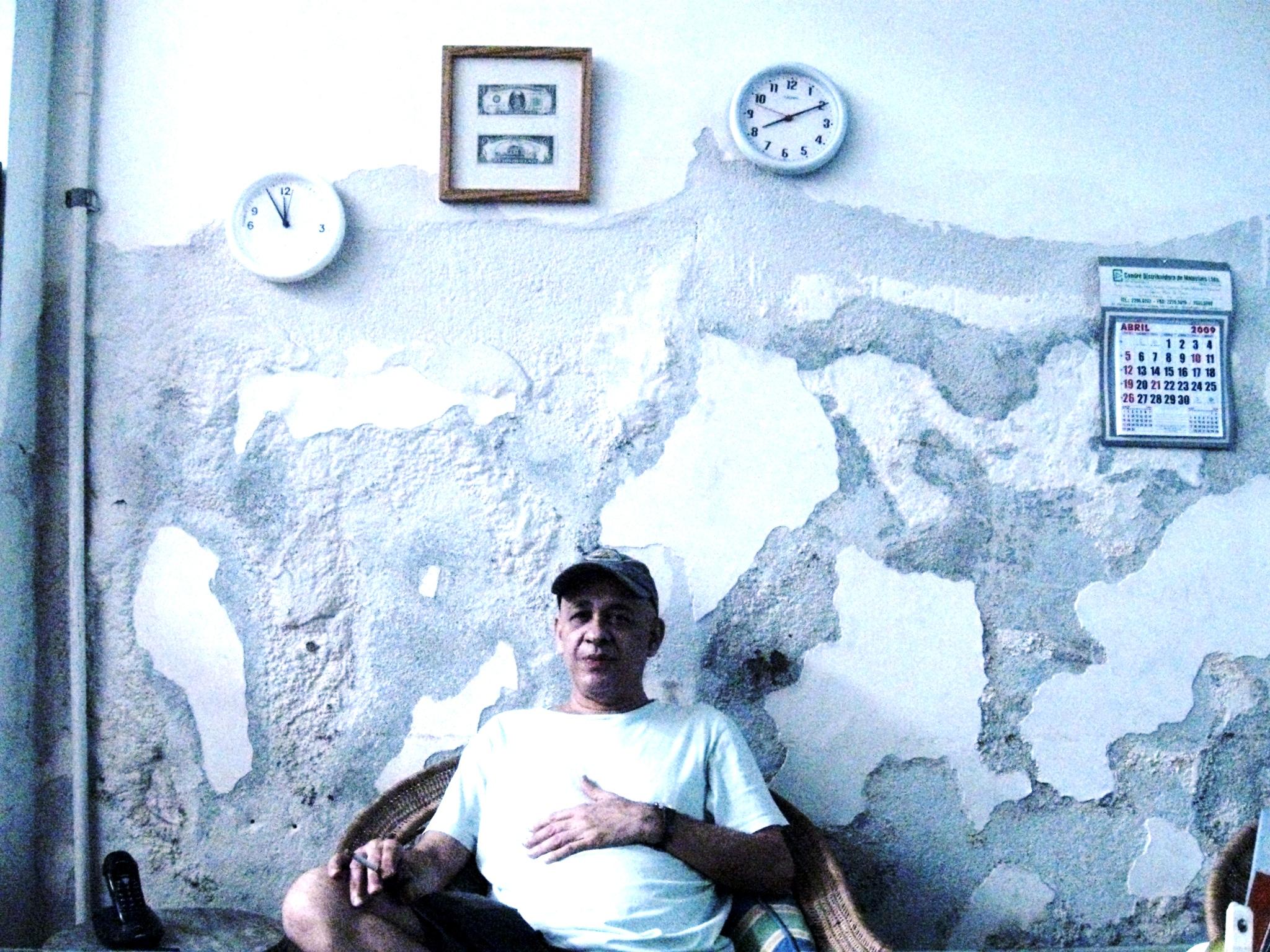 Coroado pelo Zero Dollar, Cildo Meireles em sua mesa de trabalho