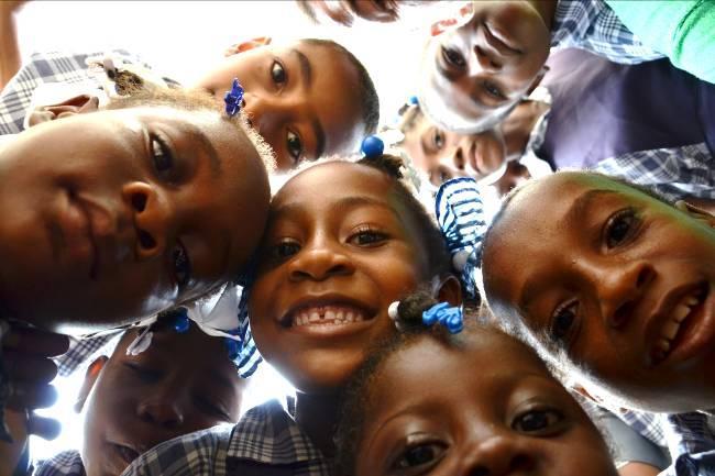 Les écoliers de l'école Etzer Vilaire derrière l'objectif d'un bénévole d'Haiti Moun. Photo prise sur le compte facebook de l'association