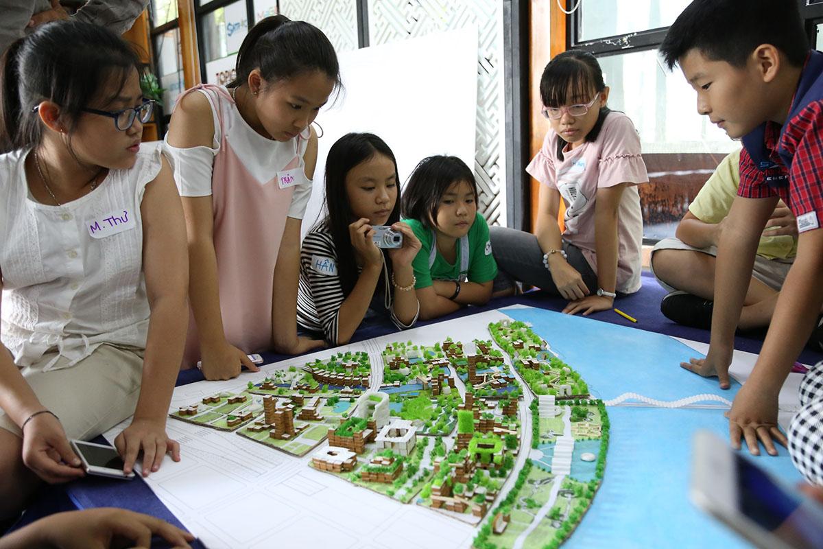 Vietnamilaislapset esittelevät kaupunkisuunnitteluideoitaan (Kuva: Arkki)