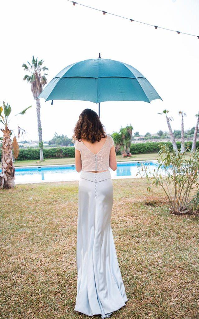 Visión de la espalda del vestido de novia diseñado por Impúribus, la firma de moda especializada en novias e invitadas