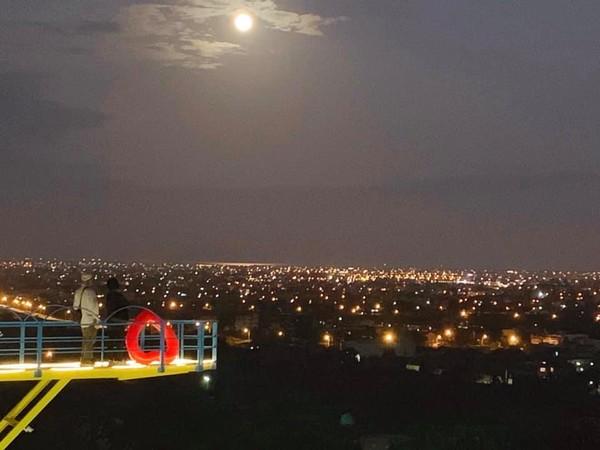 ▲▼A‧maze兔子迷宮咖啡餐廳巨型月亮。(圖/A‧maze兔子迷宮咖啡餐廳粉絲專頁提供)