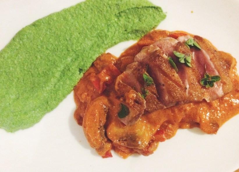 LCHF opskrift med stegt andebryst og chorizo i tomatsauce med grøn mos