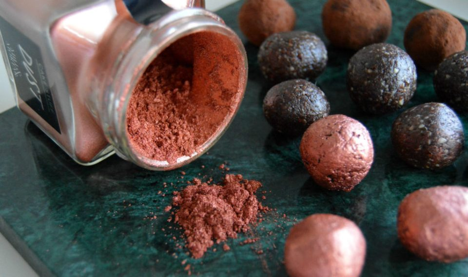 raw konfektkugler uden mælk, gluten og sukker med guldstøv fra mill & mortar