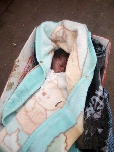 Newborn baby abandoned by the roadside in Rivers state (Photos)