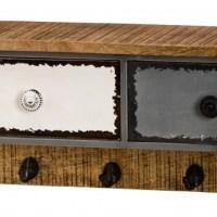 Metallgarderobe mit Holzknöpfen