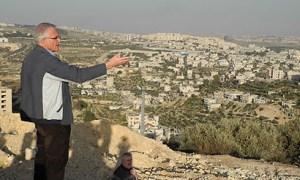 """Axel Becker zeigt die Mauer von der höchsten Erhebung Beit Jalas aus, dem """"Everest"""""""