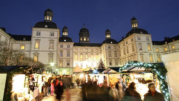 Feng-Shui-Weihnachtsmarkt im Innenhof des Grandhotel Schloss Bensberg