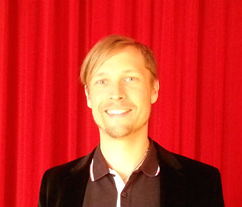 Intendant David Heitmann vor dem Theas-Vorhang
