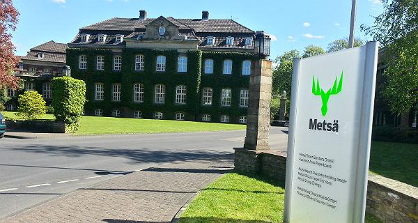 Vordereingang: Altes Verwaltungsgebäude, neues Firmenschild