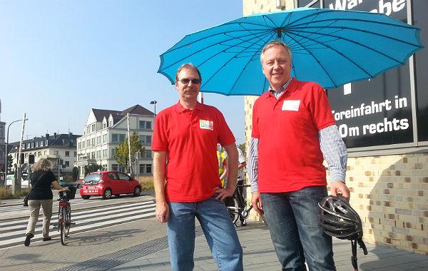 Sven Bersch, Vorsitzender des ADFC, und Stephan Schmickler, Stadtbaurat, informieren am Driescher Kreisel
