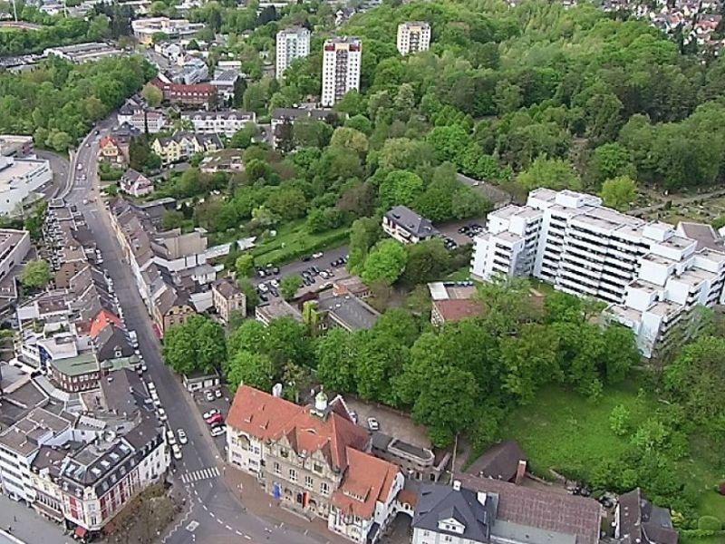 Hinter dem Rathaus und am MKH eröffnen sich riesige Grünflächen. Foto: Stefan Krill