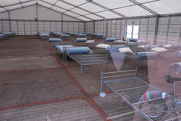 Die Flüchtlingszelte auf dem Sportplatz hinter der Turnhalle Katterbach in Bergisch Gladbach