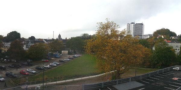 Blick über die Buchmühle. Unten die Parkpalette, danach das Areal für den Spielplatz, der Park und die Parkplätze - die bald wegfallen.