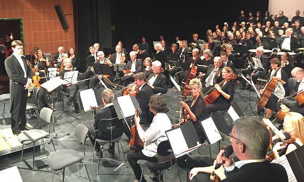 Bürgermeister Lutz Urbach stellt das Sinfonieorchester im Bergischen Löwen vor.
