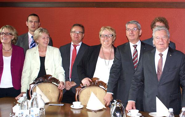 Gauck mit haupt- und ehrenamtlichen Helfern im Rathaus