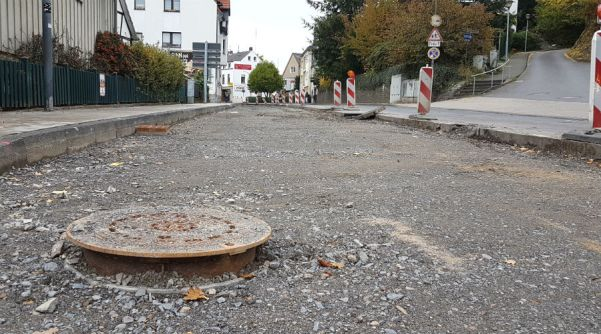 Der nördliche Abschnitt der Odenthaler Straße ist geschlossen, es fehlt nur noch die Asphaltdecke. Und eine Enteignung.