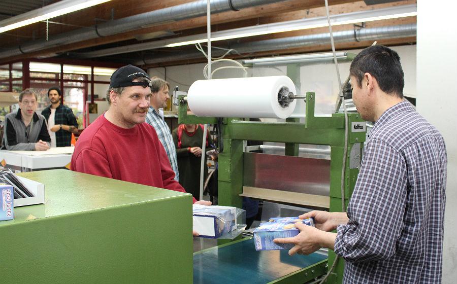 Ali Akbari und Udo Lindlar bei der Arbeit in der Lebenshilfe Werkstatt