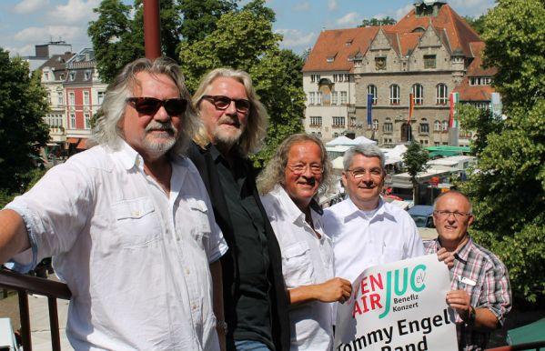 Tommy Engel, Jürgen Fritz, Burkhardt Unrau, Lutz Urbach und Horst Steinbach vor dem Konrad-Adenauer-Platz in Bergisch Gladbach. Foto: Marion Linnenbrink