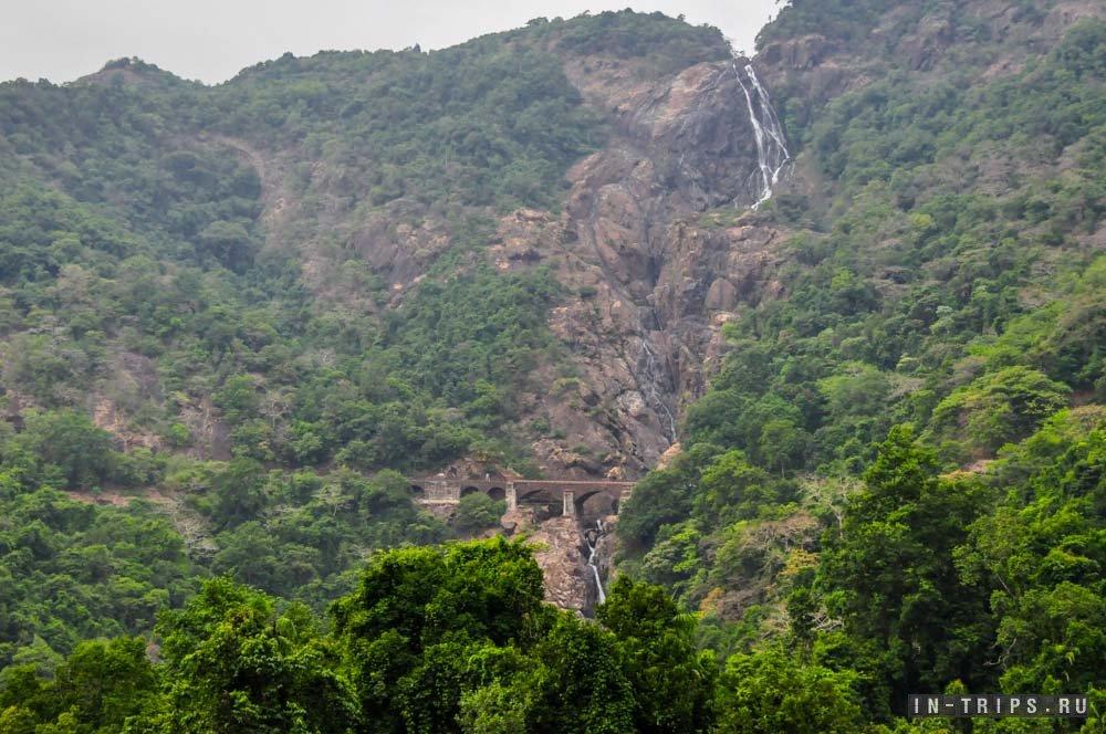 Tingnan ang waterfall ng Dudchsagar mula sa window ng tren, ang tren ay malapit nang ipasa ang tulay na ito.
