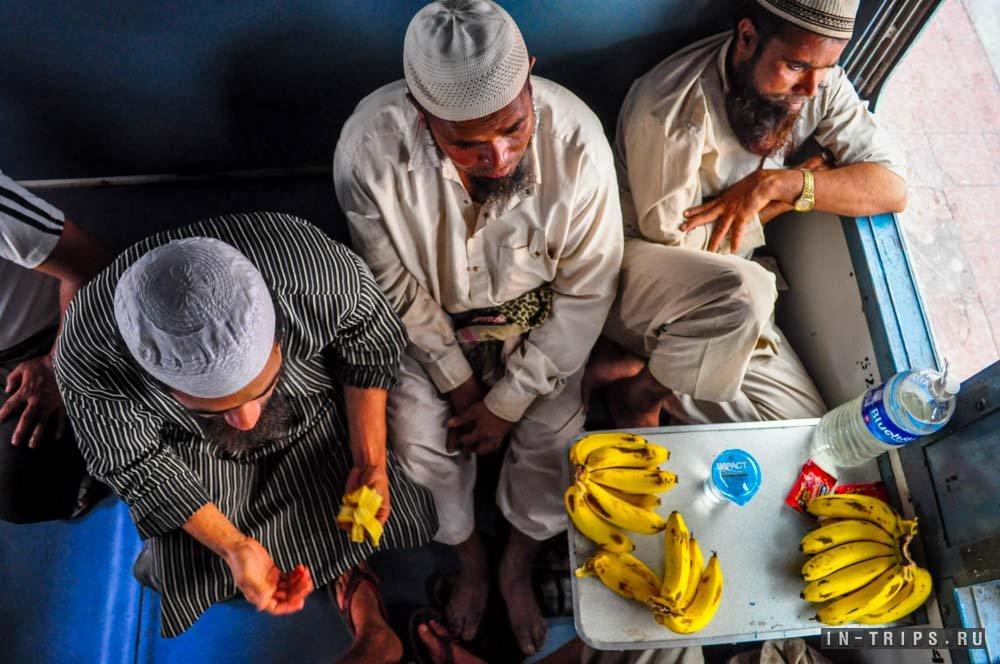 Ang aking mga kasamahan sa tren mula sa Goa patungong Delhi. Friendly Muslims, na nakipagtalo sa isang tao sa ibaba.