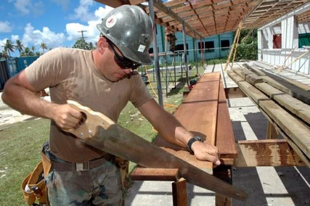 木を切る大工