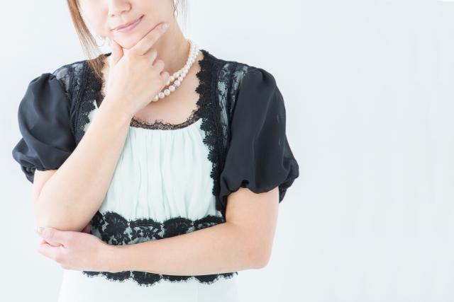 結婚式の衣装に悩む女性