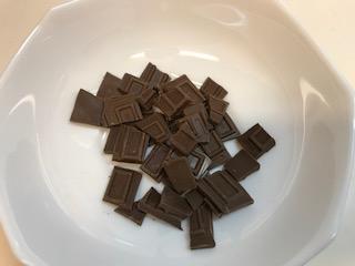 割った板チョコをお皿に入っている