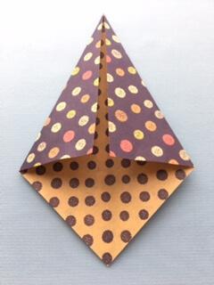 折り紙を対角線に沿って折る