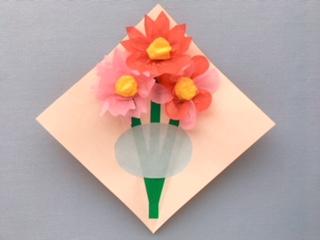 楕円形に切った折り紙を台紙に貼る