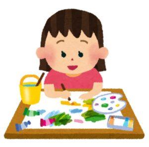 イラストを描く幼児