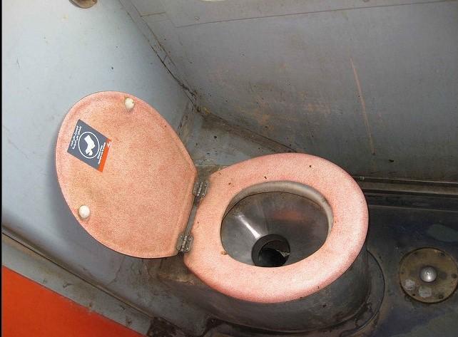 10 26 Ampun Dah Jorok Banget, 10 Kondisi Toilet di Kereta ini Liatnya bikin Mau Muntah Aja