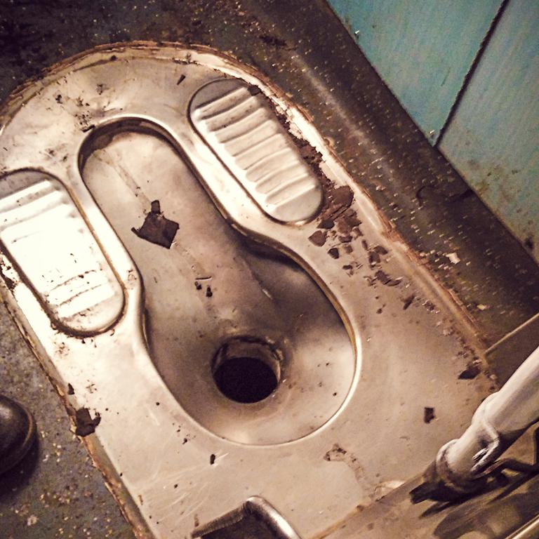 4 55 Ampun Dah Jorok Banget, 10 Kondisi Toilet di Kereta ini Liatnya bikin Mau Muntah Aja