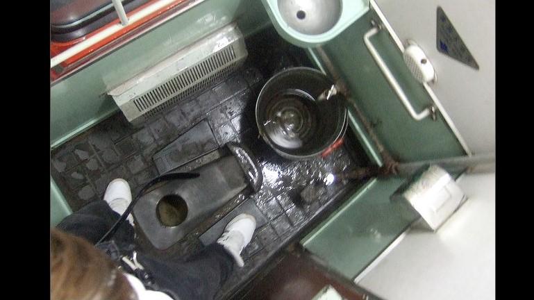 7 40 Ampun Dah Jorok Banget, 10 Kondisi Toilet di Kereta ini Liatnya bikin Mau Muntah Aja