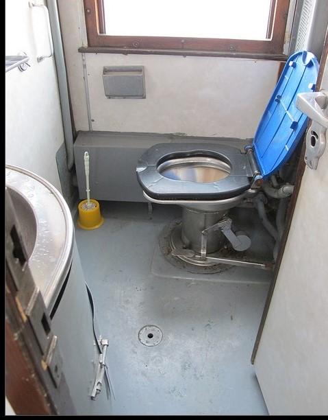 9 32 Ampun Dah Jorok Banget, 10 Kondisi Toilet di Kereta ini Liatnya bikin Mau Muntah Aja