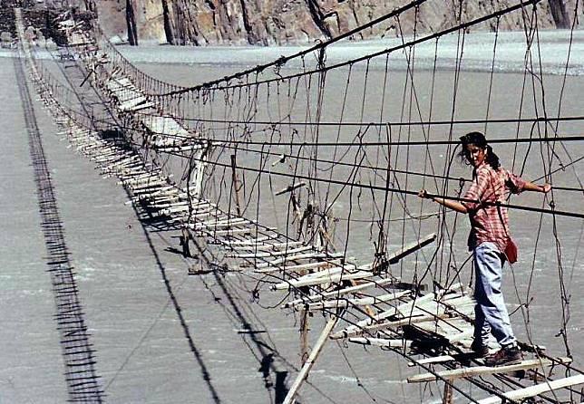 1 11 10 Jembatan ini Bikin Kamu deg degkan Melewatinya, Seram Abis!