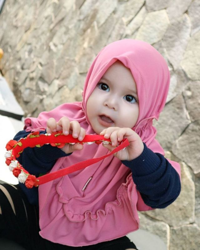 1 45 Naura Alaydrus, Bayi 1 Tahun yang Hits Karena Hijabnya, Seperti ini 12 Potret Lucunya, Gemesin Banget